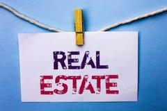 Знак текста показывая недвижимость Свойство схематического фото жилое строя покрытое реальное Chattels земли написанное на белом  стоковая фотография rf