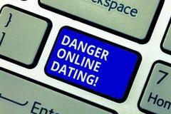 Знак текста показывая опасности онлайн датировка Схематическое фото риск встречи или датировать демонстрирующ встречу онлайн стоковое фото rf