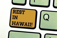 Знак текста показывая остатки в Гаваи Схематическое фото имеет расслабляющее время наслаждаясь красивыми пляжами и клавиатурой ле иллюстрация штока