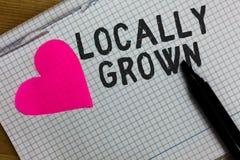 Знак текста показывая по месту расти Схематическое фото произвело аграрную сорванную бумагу тетради свежих овощей сельской местно стоковые фотографии rf