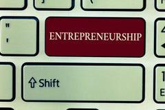 Знак текста показывая предпринимательство Схематический процесс фото конструировать запуская и бежать новое дело стоковая фотография rf