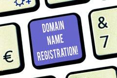 Знак текста показывая регистрацию доменного имени Схематический процесс фото резервировать намерение клавиши на клавиатуре имени  стоковая фотография