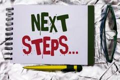Знак текста показывая следующие шаги План стратегии движений схематического фото следовать дает директиву направлений написанную  Стоковая Фотография