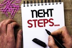 Знак текста показывая следующие шаги План стратегии движений схематического фото следовать дает директиву направлений написанную  Стоковые Изображения RF