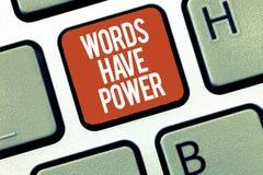 Знак текста показывая слова имеет силу Схематическая способность энергии фото излечить всепокорное помешанное помощью и унижать стоковое фото rf