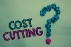 Знак текста показывая снижение затрат Схематические измерения фото снабженные к уменьшенным расходам и улучшенная выгода скомкали стоковое фото rf