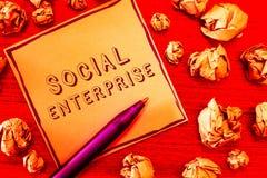 Знак текста показывая социальное предприятие Схематическое дело фото которое зарабатывает деньги в социально ответственном пути стоковые фото