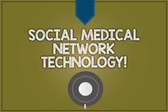 Знак текста показывая социальную медицинскую технологию сети Верхняя часть поддонника кофейной чашки соединения сети схематическо иллюстрация штока