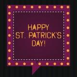 Знак текста показывая счастливого St. Patrick s день Шармы и клевера схематического зеленого цвета торжества Ирландии фото удачли стоковое изображение