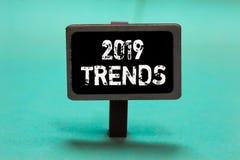 Знак текста показывая 2019 тенденций Схематические вещи фото которое известно на короткий период времени в ба зеленого цвета клас бесплатная иллюстрация