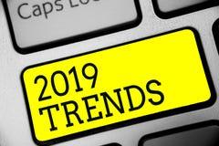 Знак текста показывая 2019 тенденций Схематические вещи фото которое известно на короткий период времени в ключе желтого цвета кл бесплатная иллюстрация