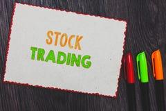 Знак текста показывая торговлю акциями Схематические покупка фото и надувательство безопасностей электронно на красном цвете бело стоковое изображение rf