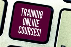 Знак текста показывая тренируя онлайн курсы Схематическое фото поставить серию уроков к клавише на клавиатуре браузера стоковое фото rf