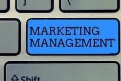 Знак текста показывая управление маркетингом Схематическое фото превращается рекламирует повышает новый продукт или обслуживает стоковые изображения