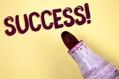 Знак текста показывая успеху мотивационный звонок Схематическое выполнение достижения фото некоторой цели написанной на простом b стоковые фотографии rf