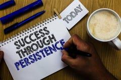 Знак текста показывая успех через настойчивость Схематическое фото никогда не дает вверх для достижения достигает человека мечт д стоковое изображение