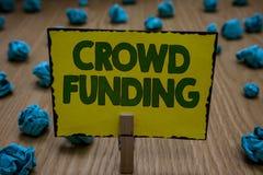 Знак текста показывая финансирование толпы Зажимка для белья пожертвований платформы обещания Kickstarter схематического фото Fun стоковые фотографии rf