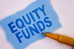 Знак текста показывая фонды акций Схематические инвесторы фото пользуются большие льготами при долгосрочные инвестиции написанные стоковое изображение rf