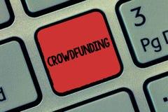 Знак текста показывая Crowdfunding Схематическое финансирование фото проект путем поднимать деньги от большого количества показа стоковая фотография