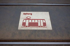 Знак трама на дороге Стоковые Фотографии RF