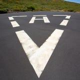 Знак треугольника вертодрома белой покрашенный почвой Стоковое Изображение RF
