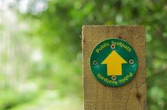 Знак тропы на деревянном столбе Стоковое фото RF