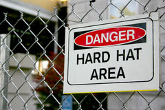 знак трудного шлема опасности зоны Стоковые Фото