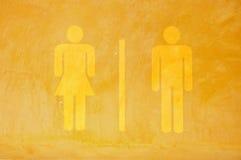 Знак туалета на желтой стене цемента grunge стоковое изображение rf