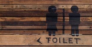 Знак туалета на деревянной стене стоковые изображения rf