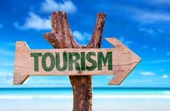 Знак туризма с пляжем на предпосылке стоковые изображения