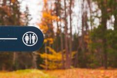 Знак уборного на голубой доске в парке Стоковые Фотографии RF