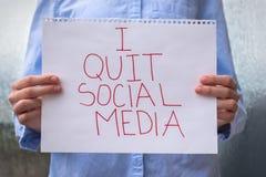 Знак удерживания человека говоря я прекратил социальные средства массовой информации стоковая фотография