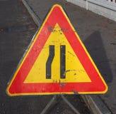Знак узких частей дороги Стоковые Изображения
