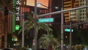 Знак улицы Лас Вегас Боулевард также вызвал прокладку - взгляд ночи - США 2017 акции видеоматериалы