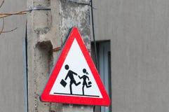 Знак улицы скрещивания детей предупреждающий Стоковое Изображение