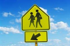 Знак улицы скрещивания школы Стоковые Изображения RF
