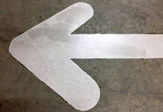 Знак уличного движения белой стрелки дирекционный Стоковые Изображения RF