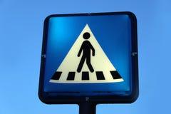 Знак уличного движения для пешеходного перехода Реальное, голубое небо стоковые изображения