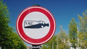 Знак уличного движения запрещая потребление спирта в общественном месте Объезжана бутылка спирта на белой предпосылке акции видеоматериалы