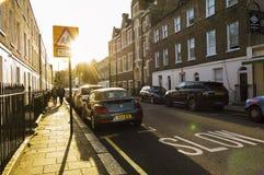 Знак уличного движения, предупредительный знак школы, в Лондоне Улицы на заходе солнца Стоковое Фото
