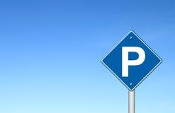 Знак уличного движения стоянкы автомобилей с голубым небом Стоковое фото RF