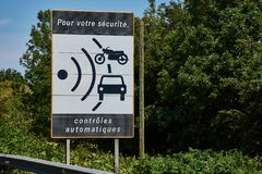 Знак управления скоростью на трассе национальном N165 стоковое изображение