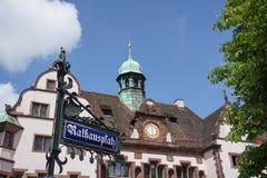 Знак улицы с ратушей от Фрайбурга на заднем плане Стоковые Изображения