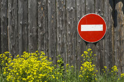 Знак уличного движения отсутствие входа на деревянную стену стоковое фото