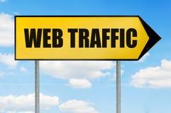 Знак уличного движения сети - желтый дорожный знак при стрелка указывая справедливо Стоковое Изображение RF