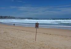 Знак читает закрытый пляж Стоковое Изображение
