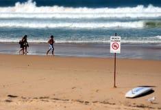 Знак читает закрытый пляж Стоковая Фотография RF