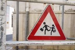 Знак школы, дети Италии пересекая знак около улицы Стоковое Фото