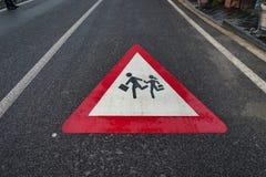 Знак школы, знак скрещивания студента детей на улице позже Стоковая Фотография RF