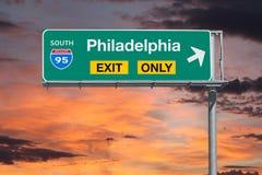 Знак шоссе выхода Филадельфии только с небом восхода солнца стоковое изображение rf